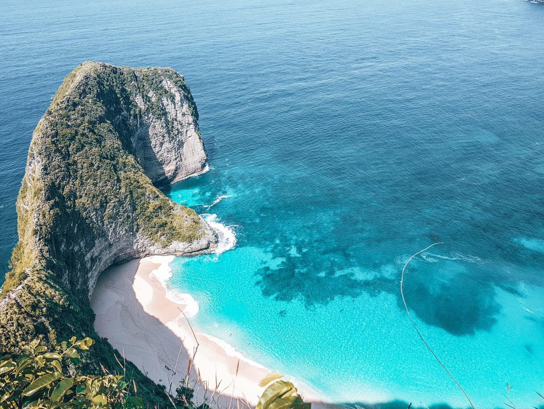 famous kelingking beach in indonesia