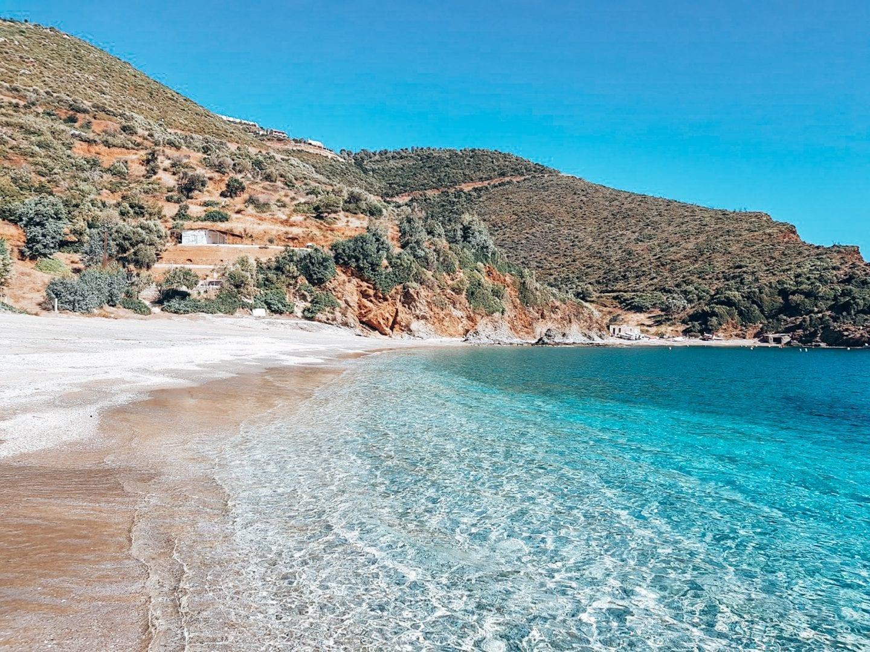 Kristallklares Meer in Griechenland, Euböa, einem der schönsten Reiseziele in Europa.