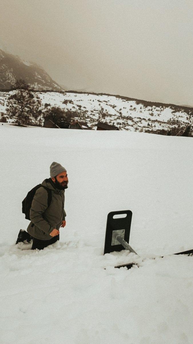 Bertal steckt kniehoch im Schnee, neben ihm der umgefallene Brandalpblitz