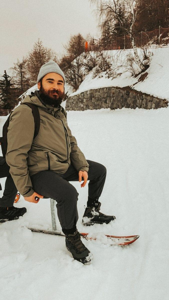 Bertal sitzt auf dem Brandalpblitz im Schnee.