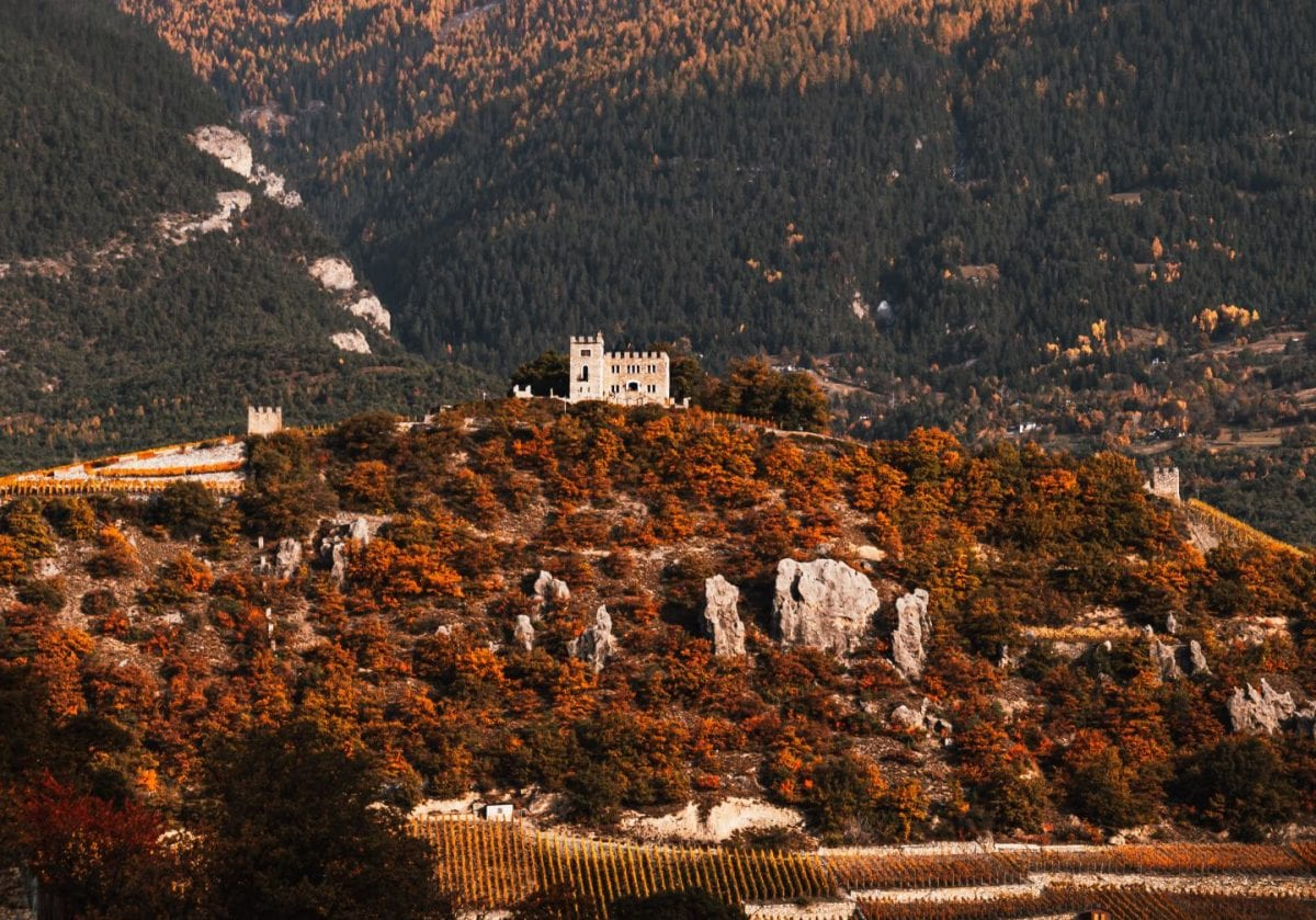 Burg in Sierre auf einem Hügel im Kanton Wallis, Schweiz