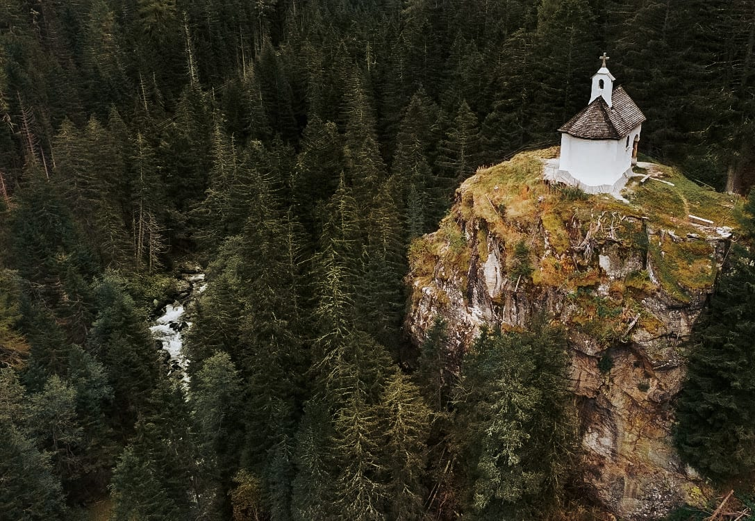 Kapelle auf einem Felsen im Turtmanntal, Wallis, Schweiz