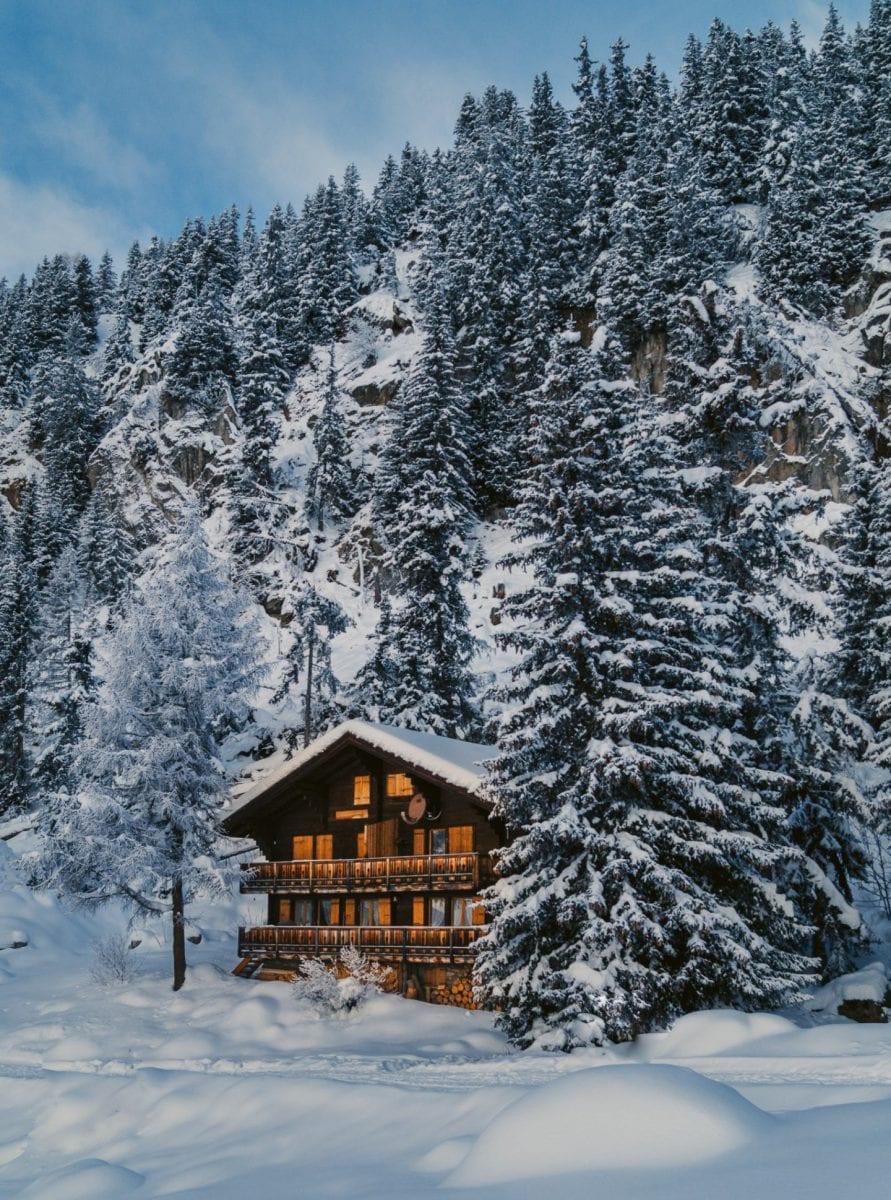 Walliser Holzhaus in Schweizer Schneelandschaft
