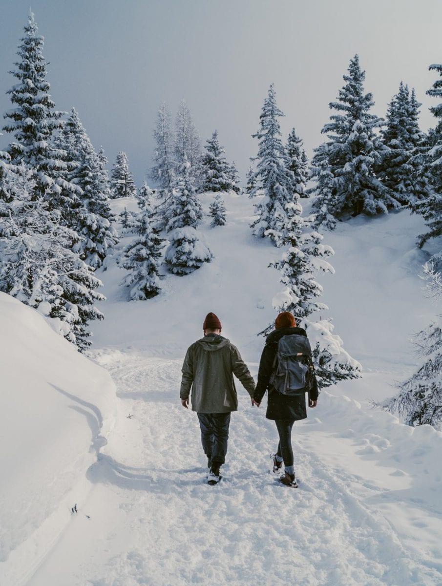 Miriam und Bertal auf einem Winterwanderweg in der Schweiz