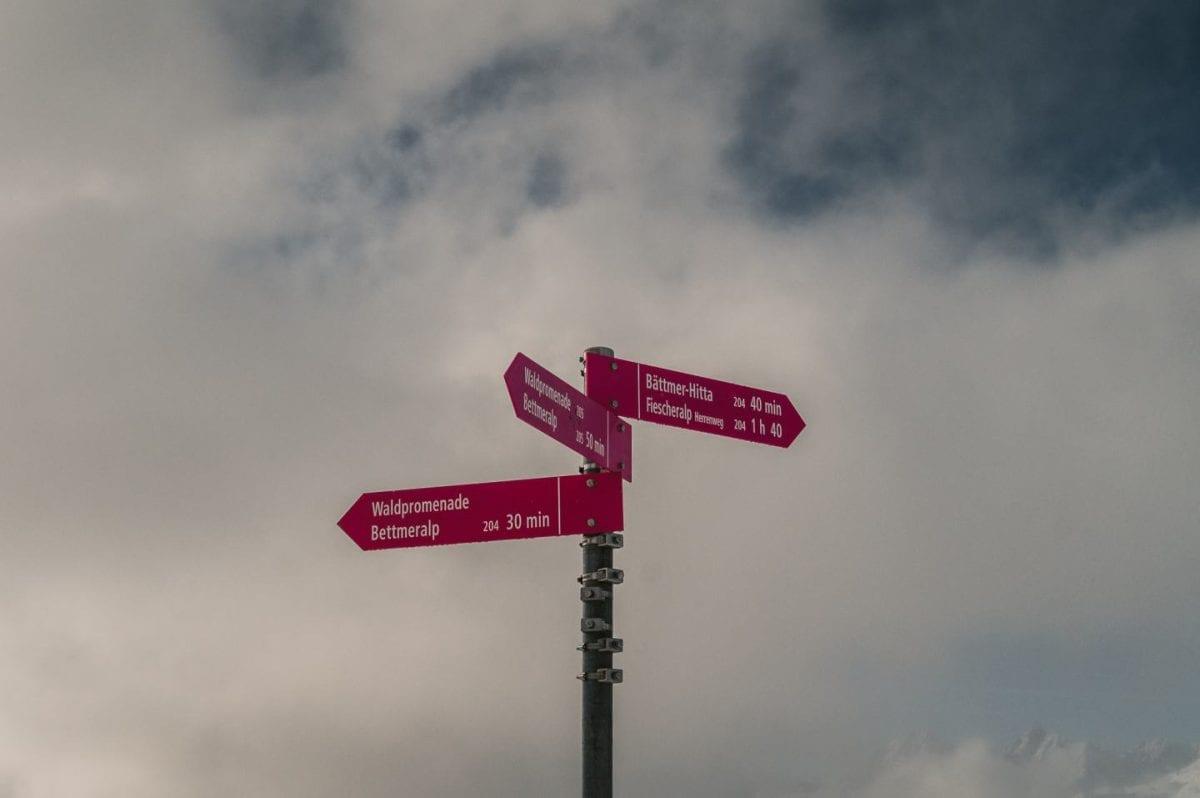Pinke Winterwanderschilder in der Aletscharena
