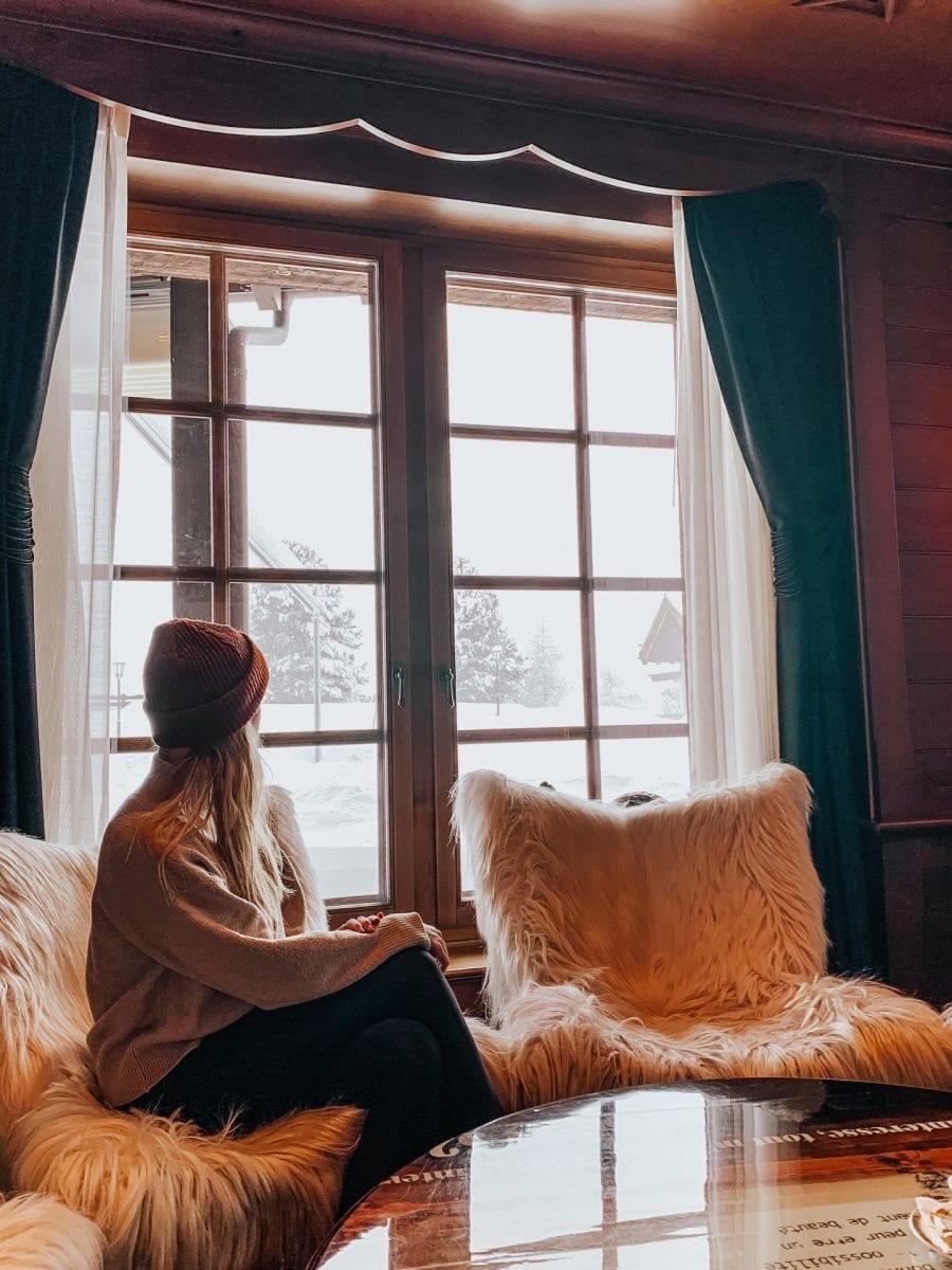 Miriam schaut aus dem Fenster der Bar im Riffelalp Resort