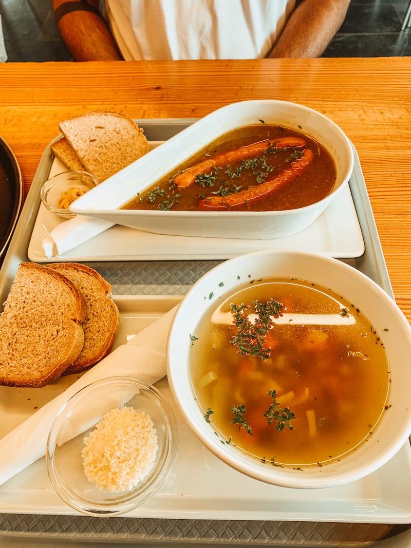 Zwei Suppen in der Anenhütte im Lötschental.