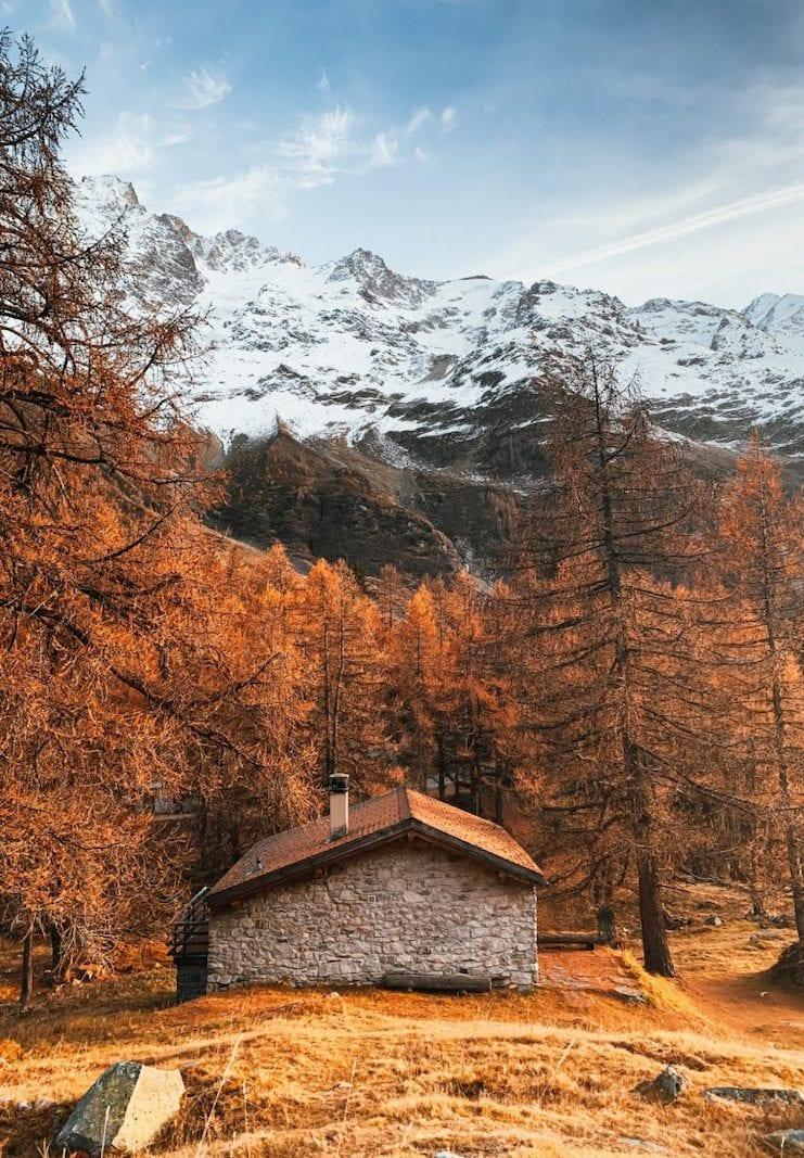 Eine kleine Steinhütte im herbstlich gefärbten Lötschental.