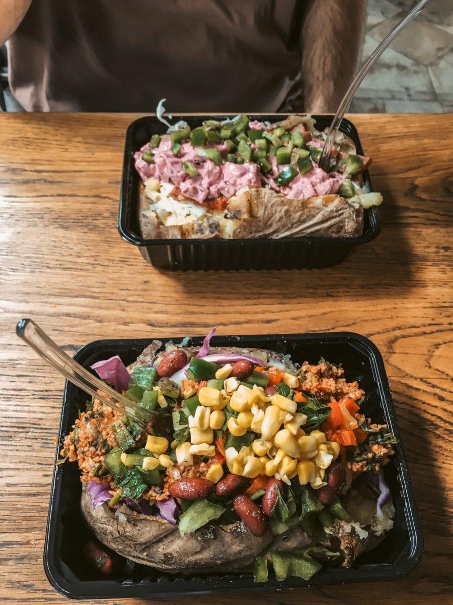 Vegane Kumpir in Athen. Gebackene Kartoffel gefüllt mit verschiedenen Salaten.