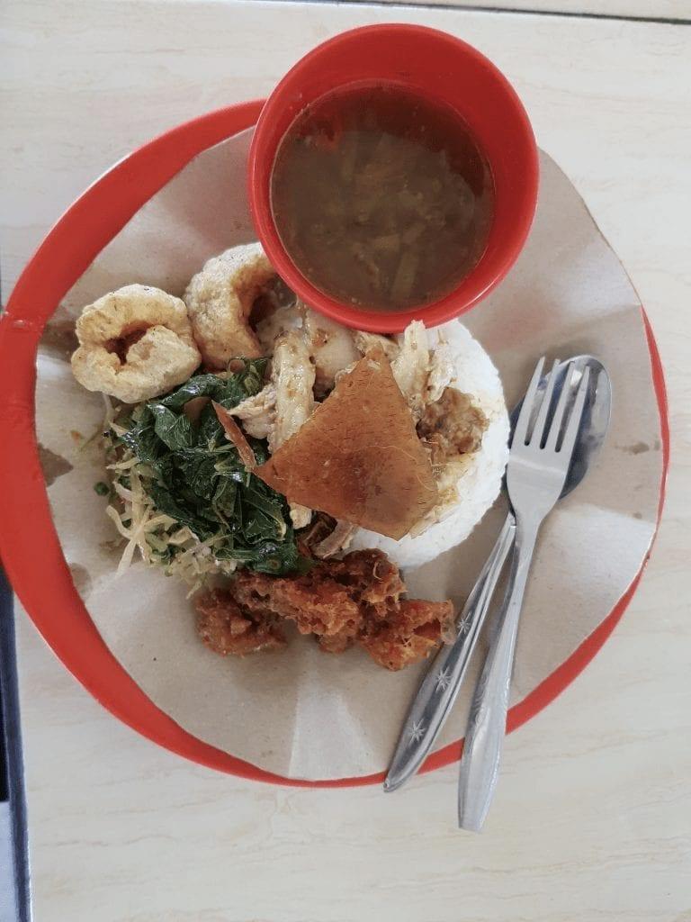 babi guling typisches balinesisches gericht aus schweinefleisch serviert mit reis und gemüse