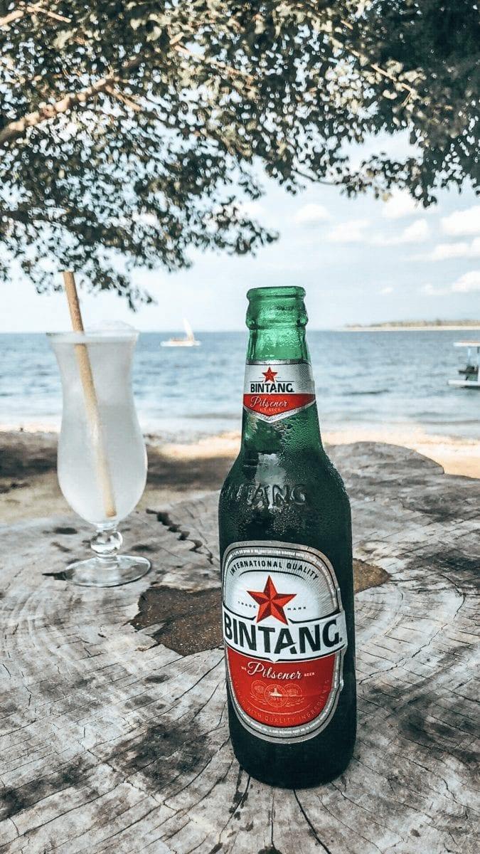 indonesiches bintang bier und eistee am strand auf gili layar in indonesien