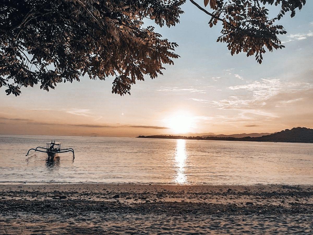 sonnenaufgang am strand auf gili layar in indonesien