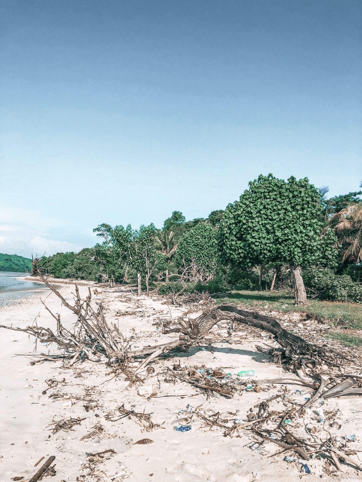 plastikmuell am sandstrand von gili layar in indonesien