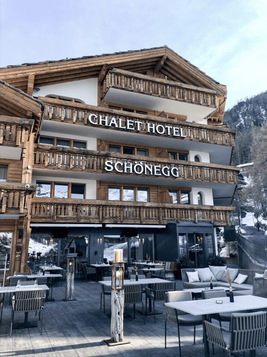das chalet hotel schnoenegg in zermatt. ein bild von der terasse