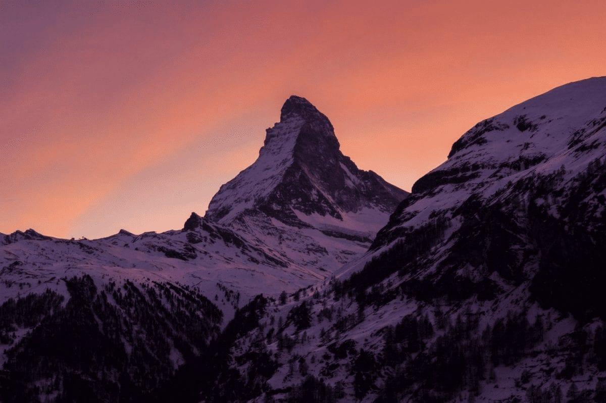 matterhorn in zermatt bei sonnenuntergang mit orangerotem himmel