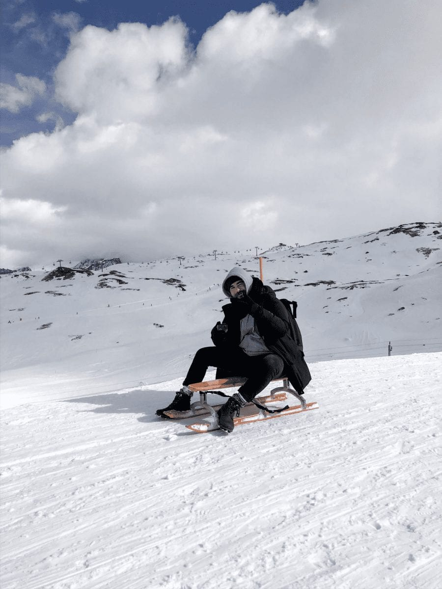bertal auf dem schlitten auf einem verschneiten berg bei zermatt