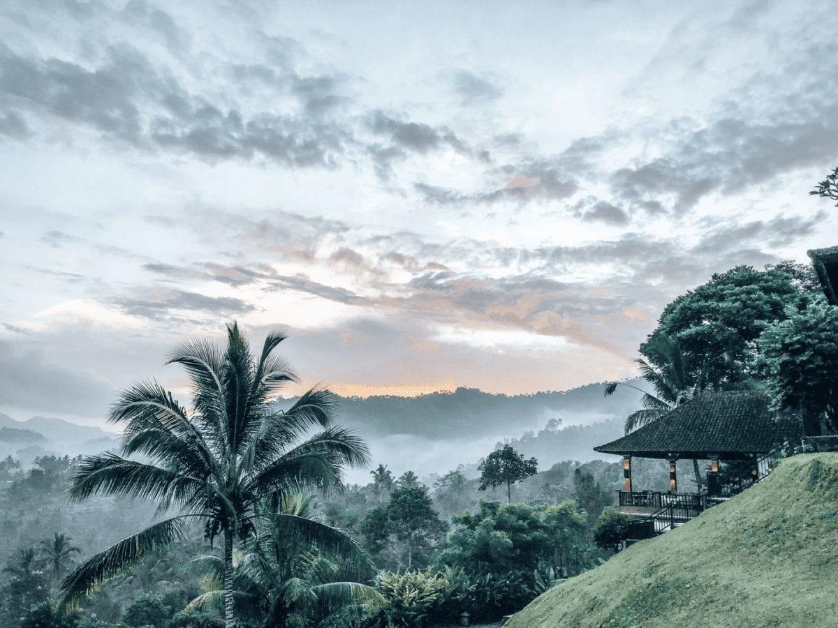nebel und sonnenaufgang in der natur sidemen auf bali