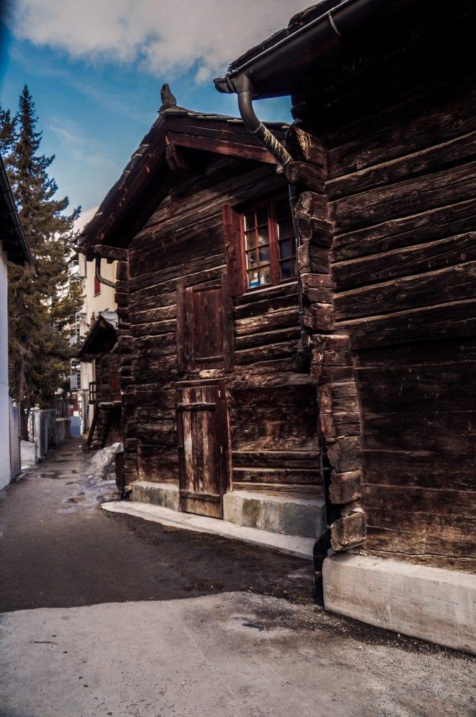 holzhaus im alten dorfkern von zermatt