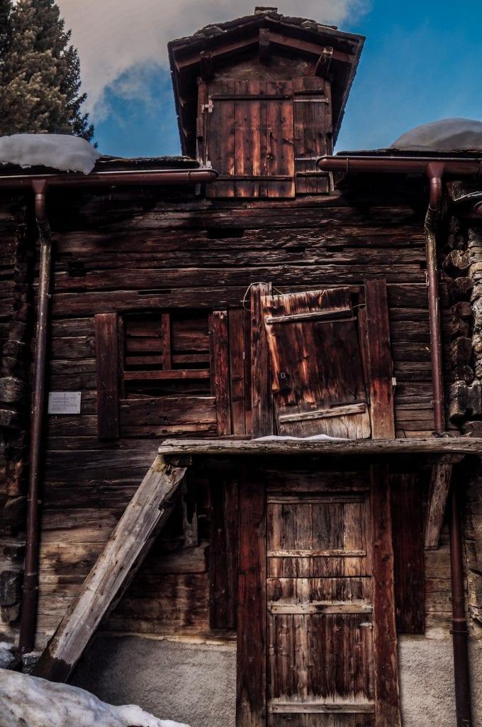 altes holzhaus im alten dorfkern von zermatt