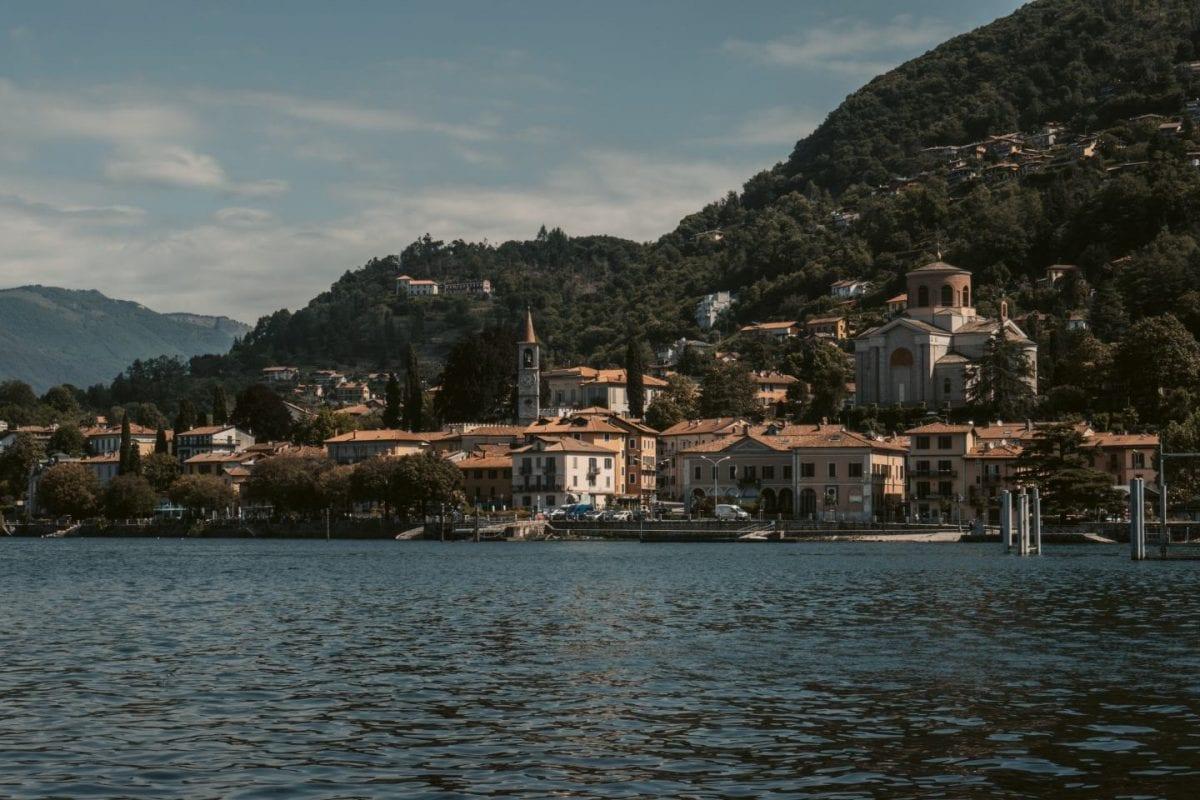 Eine italienische Stadt am Ufer des Lago Maggiore, einem der schönsten Reiseziele in Europa.