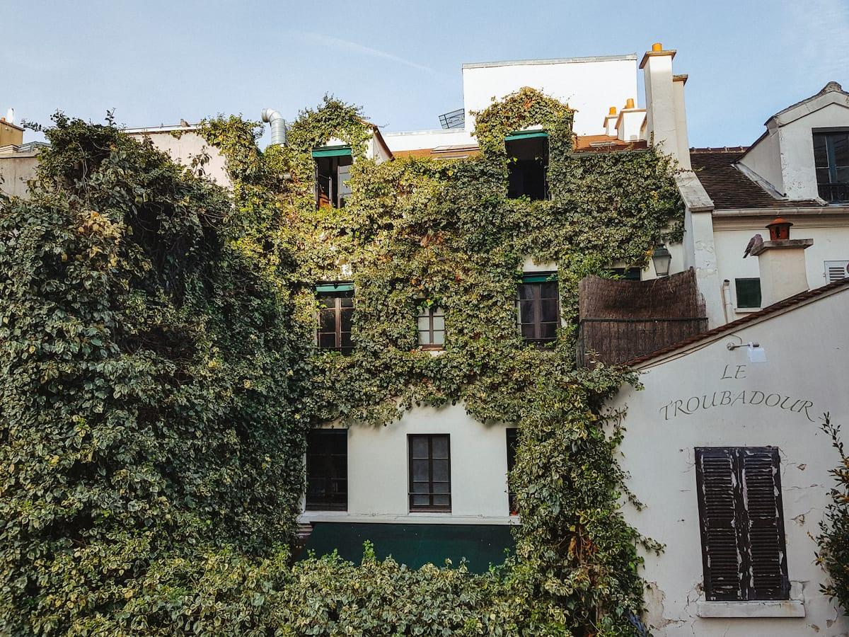 Ein mit Efeu bewachsenes Haus in Paris, Frankreich, Europa.